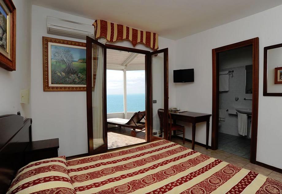 Eccezionale Camera Matrimoniale Vista Mare - Camere e Suite / Villa Scapone  DQ11